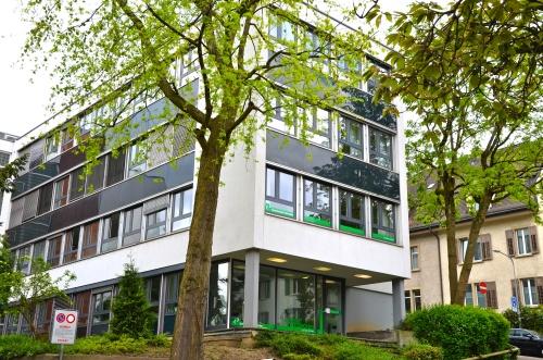 Die Sprachschule Schneider liegt sehr gut erreichbar in der Nähe des Zürichsees.