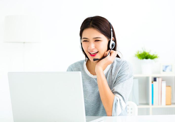 Eine junge Chinesischlehrerin unterrichtet Chinesisch online via Videokonferenz.