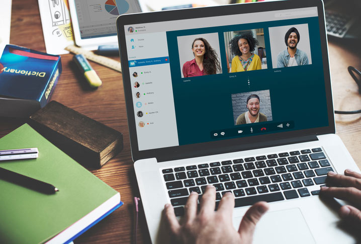 Englisch lernen online in einer Videokonferenz mit einem Lehrer und 3 Kursteilnehmenden