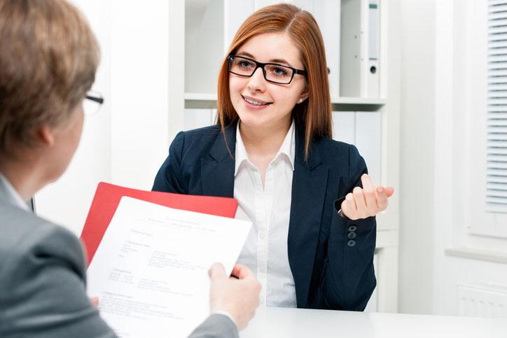 Eine Businessfrau lernt Französisch im massgeschneiderten Einzelunterricht.