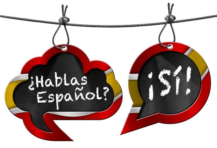 Auf einer Tafel steht geschrieben: Sprechen Sie Spanisch, hablas español? Und die Antwort ja, si!
