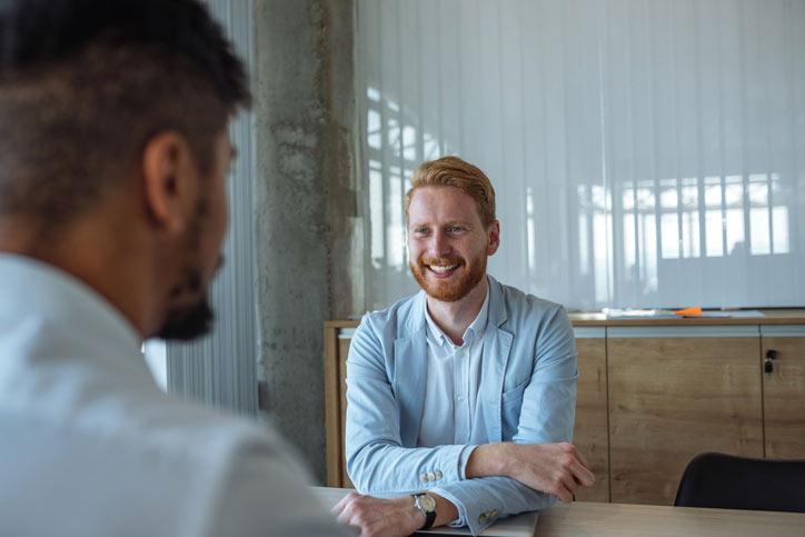 Ein Businessmann lernt Italienisch im massgeschneiderten Einzelunterricht.