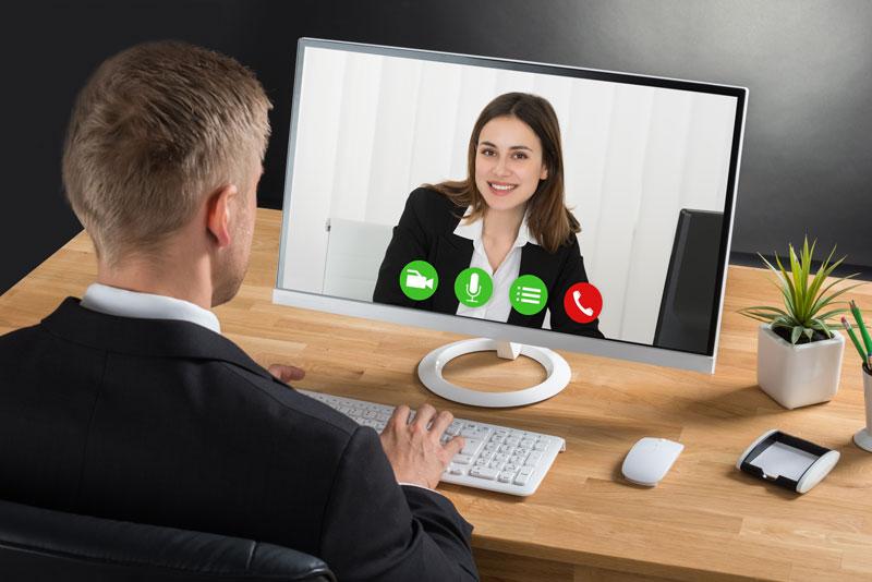Eine Schwedischlehrerin unterrichtet Schwedisch online via Videokonferenz.