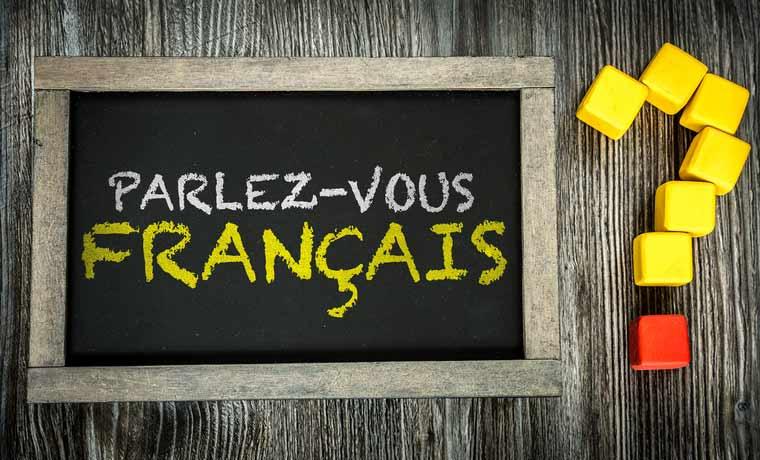 Auf einer Tafel steht geschrieben: Sprechen Sie Französisch?