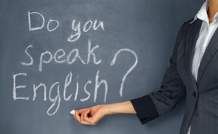 Auf einer Tafel steht geschrieben: Do you speak English?