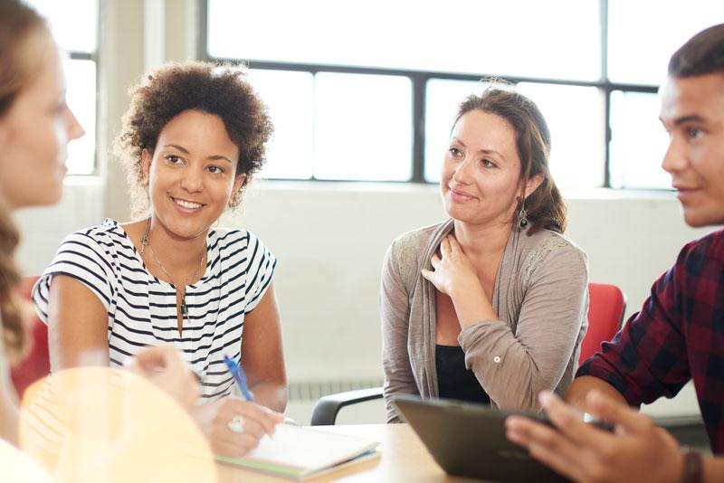 Deutsch Intensivkurs bei Sprachschule Schneider, die Teilnehmer kommen häufig zu Wort und sprechen miteinander.