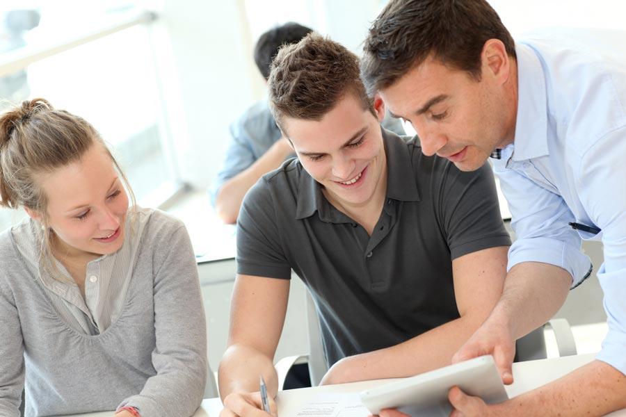 Jugendliche lernen in der Gymivorbereitung mit Lehrperson.
