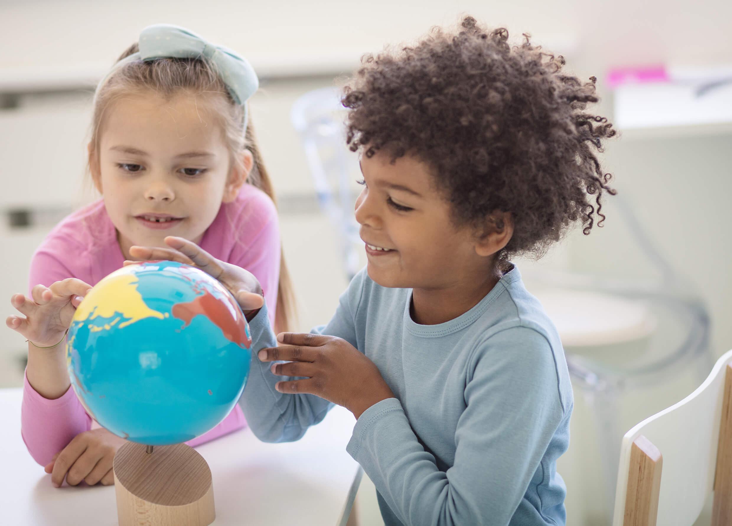 Zwei Kinder sprechen miteinander
