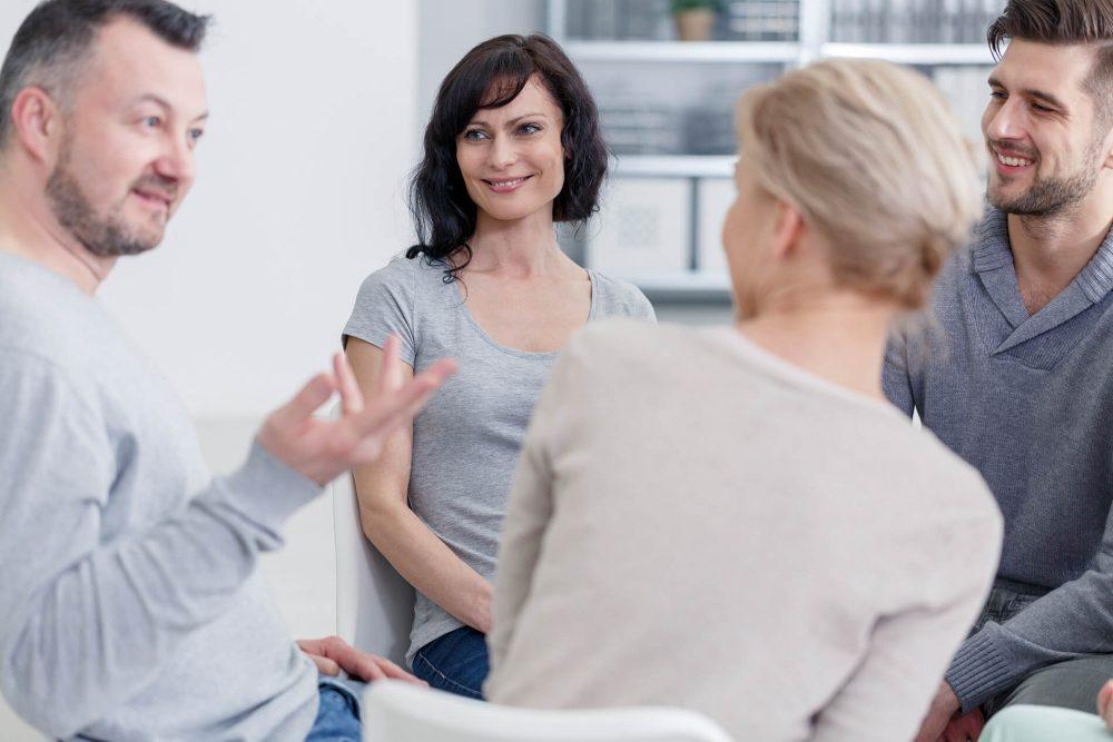 Menschen Gruppe lernt gemeinsam eine neue Sprache