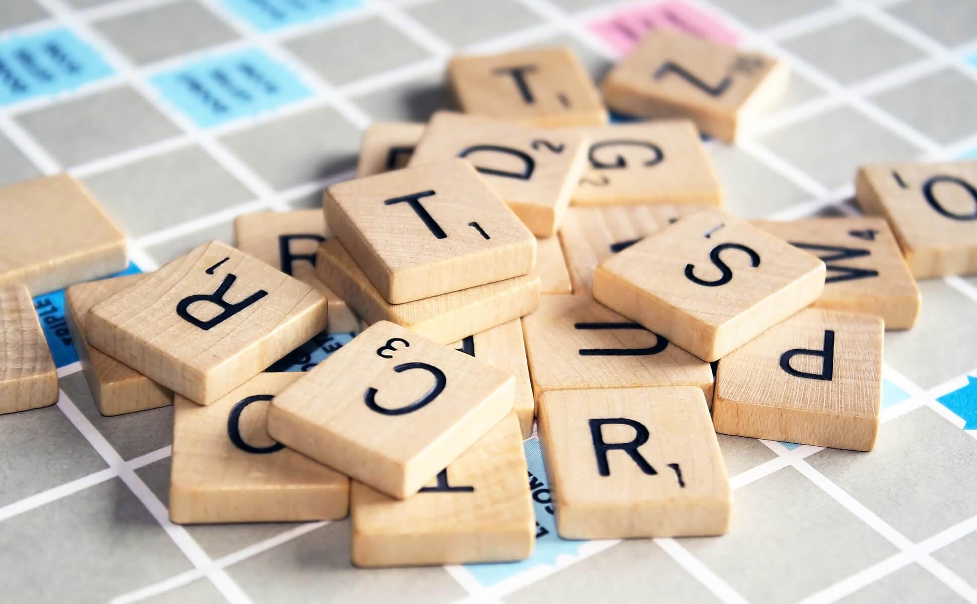 Wörter bilden mit Scrabble Steinen